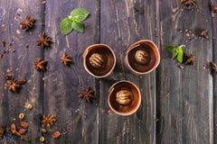 Blätterteig mit Vanillepudding- und Schokoladendekor auf einem hölzernen Stand lizenzfreie stockfotografie