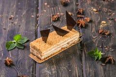 Blätterteig mit Vanillepudding- und Schokoladendekor auf einem hölzernen Stand stockfotografie