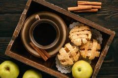 Blätterteige mit Apfel und Zimt Lizenzfreies Stockfoto