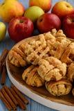 Blätterteige mit Apfel und Zimt Lizenzfreie Stockbilder