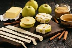 Blätterteige mit Apfel und Zimt Backverfahren Stockfoto