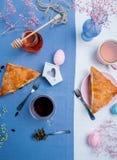 Blätterteigtaschen mit Ostereidekoration Lizenzfreie Stockbilder