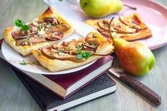 Blätterteigtorten mit Käse und Birne stockbild
