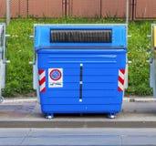 Blå återvinningbehållare på gatan Royaltyfri Bild