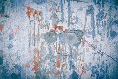 Blå abstrakt textur av betongväggen med färgstänk av röd målarfärg Racked stenyttersida för Ð ¡ Arkivfoton
