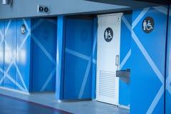 Blå accrssible byggnadskorridortoalett arkivbilder