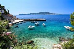 Blå adriatric kust med fartyg Arkivbilder