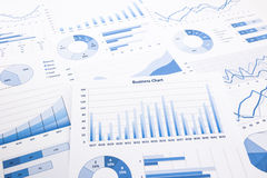 Blå affärsdiagram, grafer, rapporter och skrivbordsarbete arkivbild