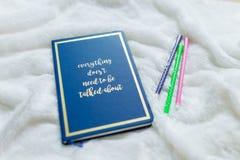 Blå anteckningsbokuppsättning ingen vit mjuk torkduk med pennan för tre färg Arkivbild