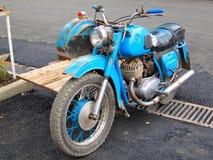 Blå antik motorcykel Royaltyfria Bilder