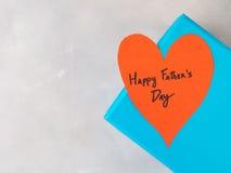 Blå ask som är närvarande för dag för fader` s med röd hjärta Royaltyfri Bild