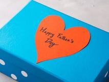 Blå ask som är närvarande för dag för fader` s med röd hjärta Fotografering för Bildbyråer