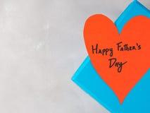 Blå ask som är närvarande för dag för fader` s med röd hjärta Arkivfoto