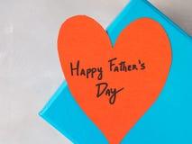 Blå ask som är närvarande för dag för fader` s med röd hjärta Arkivbilder