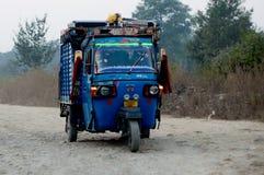 Blå autorickshaw som används för transportering av gods i Indien arkivfoto