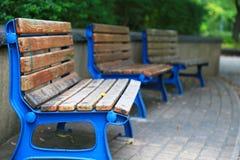 Blå bänk av parkera Royaltyfri Foto