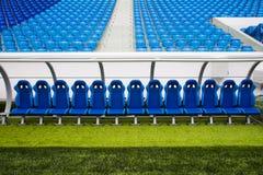 Blå bänk eller plats eller stol av personallagledaren i stadion av fooen Arkivbilder