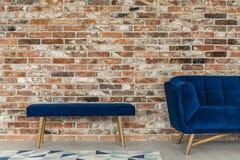 Blå bänk och soffa arkivbilder