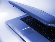 blå bärbar dator Arkivfoto