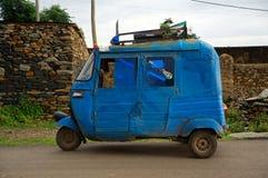 Blå bajajtuk-tuk i Axum, Etiopien royaltyfri foto