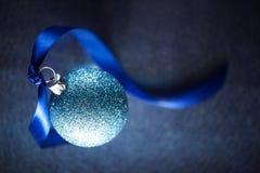 Blå bakgrund för julstruntsakplats Fotografering för Bildbyråer