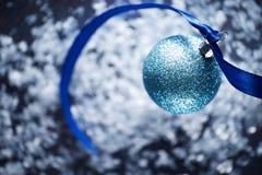 Blå bakgrund för julstruntsakplats Royaltyfria Foton