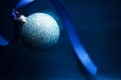 Blå bakgrund för julstruntsakplats arkivbild
