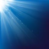 Blå bakgrund för ljusa strålar Royaltyfri Bild