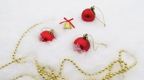 Blå bakgrund för ny år och jul, tangerin och garneringar Royaltyfria Bilder