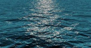 Blå bakgrund för rörelse för stillhet för vatten för havshavvågor i solig dag med solljus på yttersida, naturen och fred stock video