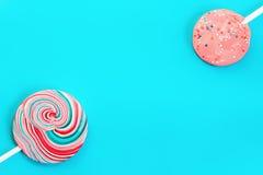 Blå bakgrund för tappning med godis två Arkivfoto
