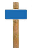 Blå bakgrund för utrymme för kopia för signage för metallteckenbräde, vit ramroadsign, gammal åldrig riden ut träpolstolpe, isole Arkivbilder