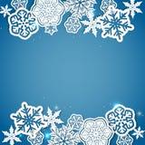 Blå bakgrund för vinter med pappers- snöflingor Royaltyfri Foto
