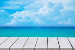 Blå bakgrund med den selektiva fokusen har en bokeh på ett vitt trägolv Töm för den tomma det tomma trägolvet utrymmeträtabellen  royaltyfri foto
