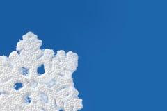 Blå bakgrund med snöflingan Fotografering för Bildbyråer