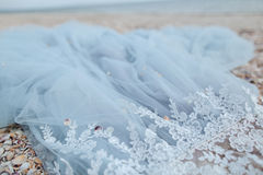 Blå bakgrund med tyg och snör åt Arkivbild