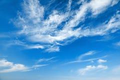 Blå bakgrundstextur för molnig himmel Arkivbilder