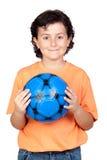 blå barnfotboll för förtjusande boll Royaltyfri Bild