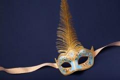 blå befjädrad guldmaskering Arkivfoto