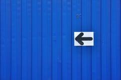 Blå behållare med piltecknet. Arkivfoto
