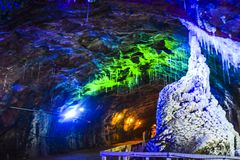 Blå belysning inom Khewra den salta minen Arkivbilder