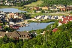 Blå bergby Ontario Arkivbild