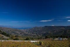 blå bergsky Arkivfoton