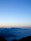 blå bergsky Arkivfoto