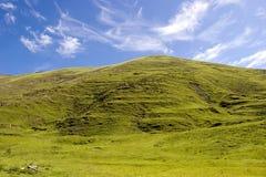 blå bergsky under Arkivfoto
