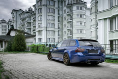 Blå bil BMW 3 serie E91 i stadsMoskva på dagen Arkivfoton