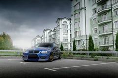Blå bil BMW 3 serie E91 i stadsMoskva på dagen Fotografering för Bildbyråer