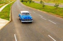 Blå bil för klassiker på den kubanska gatan Royaltyfri Fotografi