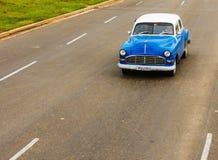 Blå bil för klassiker på den kubanska gatan Royaltyfri Bild