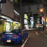 Blå bil i Akihabara Royaltyfria Foton